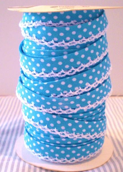 3 m Schrägband azur blau mit weissen Punkten und Häkelspitze